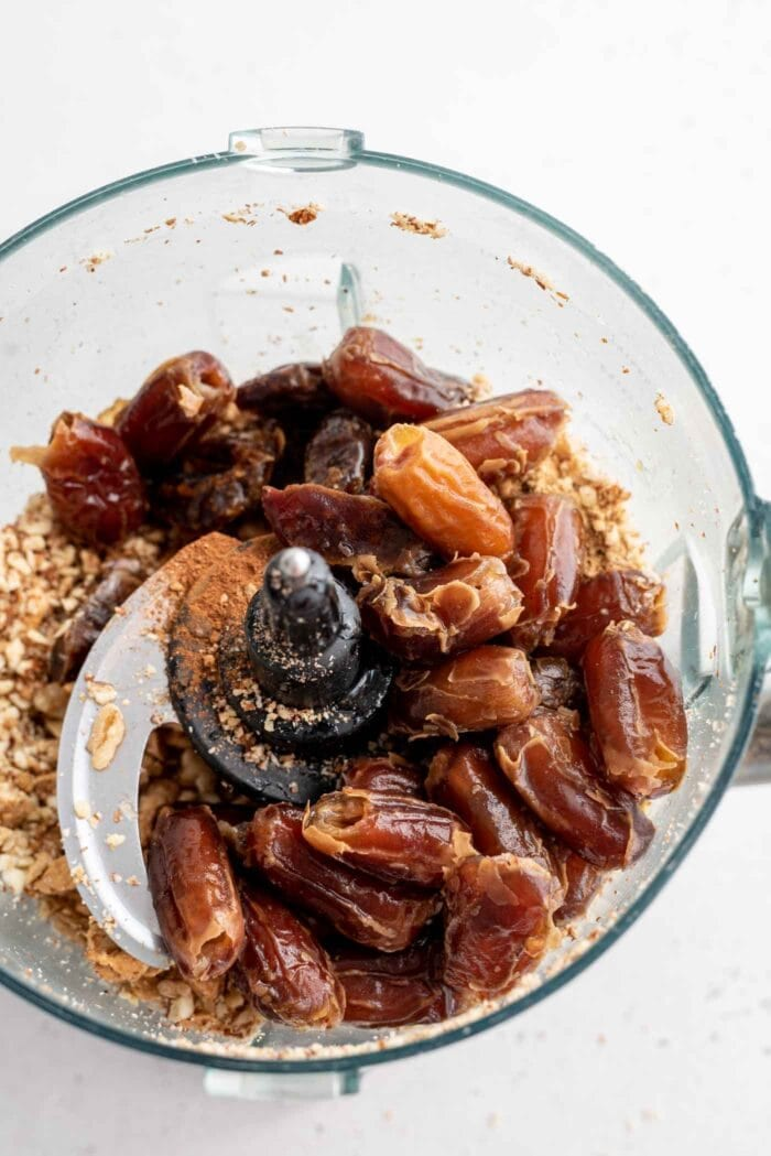 Soaked dates in a food processor.