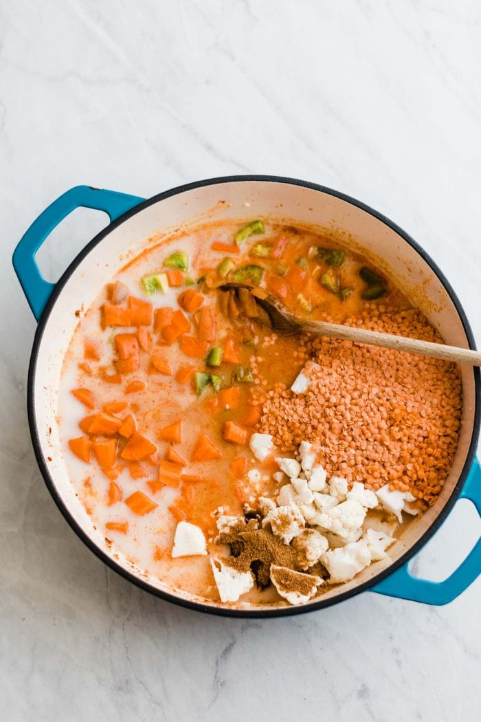 Soup pot with lentils, cauliflower, carrot, green pepper, coconut sugar and vegetable broth.